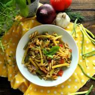 Makaron z fasolką szparagową, cukinią i pomidorami