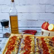 Tarta z ciasta francuskiego z żółtą cukinią, pomidorami i mozzarellą