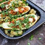 Cukinia faszerowana mięsem mielonym, warzywami i mozzarellą.