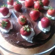 tort czekoladowy  truskawkami