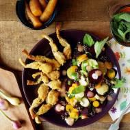 Żabie udka i sałatka z młodych warzyw z czerwoną quinoą i emulsją rabarbarową