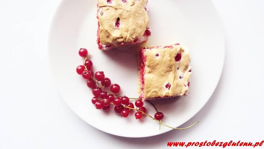 Bezglutenowe ciasto z bezą i czerwonymi porzeczkami