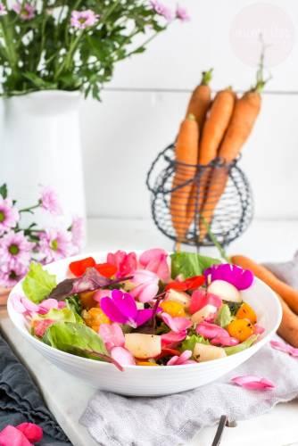 Kwiecista sałatka z warzywami w miodzie