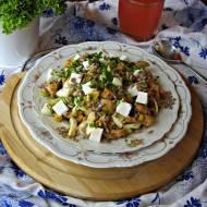 Sałatka z kurczakiem, jajkiem i ziarnami słonecznika