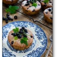 Jogurtowe babeczki, muffiny z czarnymi porzeczkami i miętą