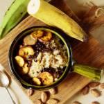Quinoa z masłem z orzechów włoskich, smażonym platanem i ziarnami kakao