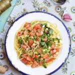 Spaghetti z pomidorem i cukinią w natce pietruszki