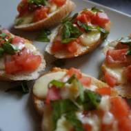 Bruschetta z pomidorami, idealna prostota na różne okazje