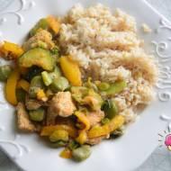 Indyk z bobem, papryką, cukinią, zieloną cebulką i ryżem