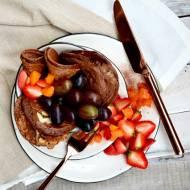 Orkiszowe pankejki czekoladowe z migdałami i owocami