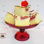 Puszyste ciasto maślane z truskawkami