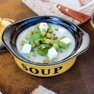 Zupa z bobem, fasolką szparagową, groszkiem i serem feta. Zupa z młodych warzyw.