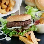 Domowy hamburger wołowy z frytkami