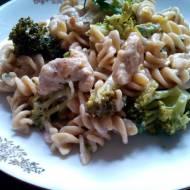 Makaron z indykiem i brokułem