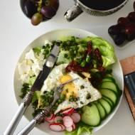 Sałatka z sadzonym jajkiem, suszonymi pomidorami i fasolką szparagową