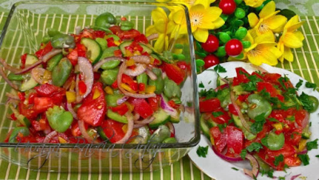 Przepis na sałatkę z bobem, pomidorami i papryką – smaczna i zdrowa