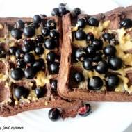 Bezglutenowe gofry czekoladowe z masłem orzechowym i porzeczkami