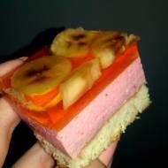 Truskawkowy sernik na zimno z bananami w galaretce