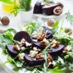 Sałatka z buraka, rukoli i sera pleśniowego