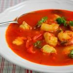 Hiszpańska zupa rybna z krewetkami i pieczoną papryką