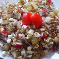 Sałatka z kaszy gryczanej z ogórkiem i serem sałatkowym