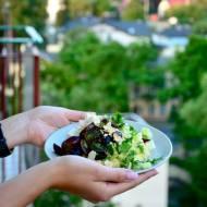 Sopocka sałatka z kaszą jaglaną, winogronem, fetą i płatkami migdałów