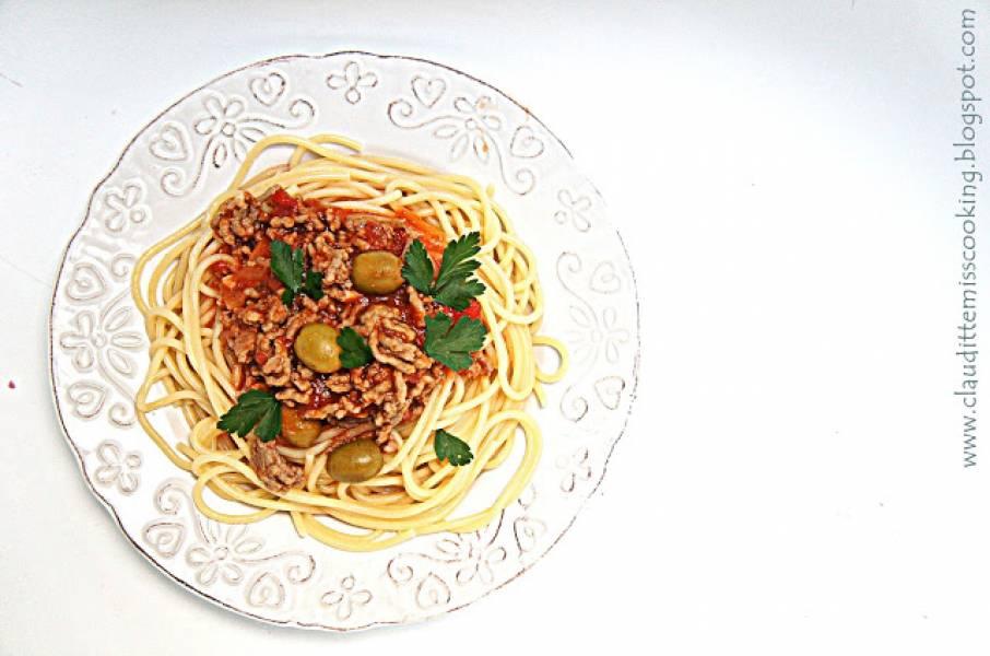 Spaghetti pomidorowe z oliwkami