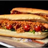 Hot dogi z rukolą i pomidorkami
