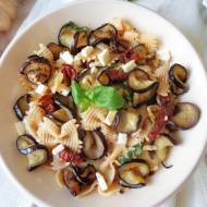 Makaron z bakłażanem, suszonymi pomidorami i serem feta (Pasta con melanzane, pomodori secchi e feta)