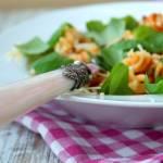 Fusilli z papryką, szpinakiem i pomidorami