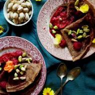 Bezglutenowe naleśniki czekoladowe z gorącymi malinami i pistacjami