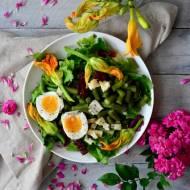 Sałatka z kwiatami cukinii, jajkiem, fasolką szparagową, suszonymi pomidorami i serem pleśniowym oraz cytrynowym dressingiem