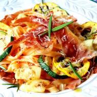 Tagliatelle all'Uovo Bolognesi z grillowanymi warzywami i szynką parmeńską