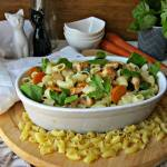 Potrawka z kurczakiem, liśćmi szpinaku i makaronem