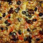 Pizza z kurczakiem, pieczarkami i warzywami