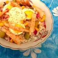 Sałatka ryżowa z makrelą, jajkiem i kukurydzą
