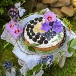 Biszkopt z kremem mascarpone, rozmarynem i owocami lata
