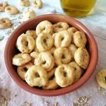 Z cyklu: Domowe pieczywo - Włoskie taralli z nasionami kopru włoskiego (Taralli al vino con semi di finocchio)