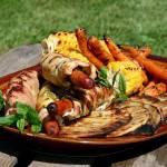 Grillowane roladki z indyka nadziane kiełbaskami i cukinią, z talarkami, kukurydzą i karmelizowaną marchewką