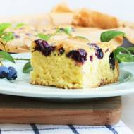 Ciasto z borówkami i polewą z białej czekolady. Co zrobić, żeby owoce w cieście nie opadały?