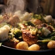 Patelnia pełna warzyw i mięsa, obiad jednogarnkowy.