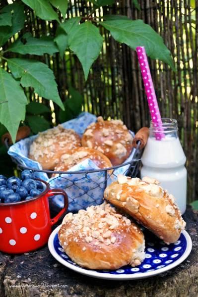 Drożdżowe bułeczki z jagodami i kruszonką
