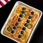 Focaccia z pomidorami i oliwkami