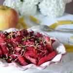 Makaron z burakiem, jabłkiem i prażonym słonecznikiem