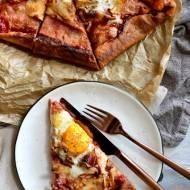 Pizza orkiszowa z kurkami, boczkiem, mozzarellą i jajkiem sadzonym