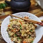 Ryż smażony po chińsku z wołowiną, jajkiem i warzywami