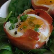 Jajka zapiekane z szynką parmeńską i suszonymi pomidorami
