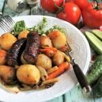 Ziemniaki grillowane z warzywami i kiełbasą