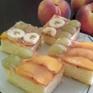 Ciasto z owocami i galaretką.