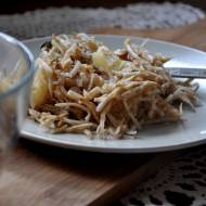 Szybka i pyszna sałatka z selerem, ananasem i orzechami włoskimi